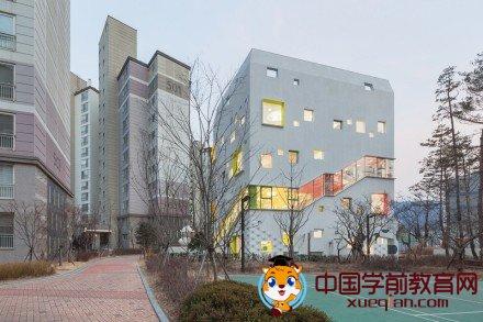 幼儿园设计案例格,韩国花园包围的幼儿园,纯白外壳下的绚丽